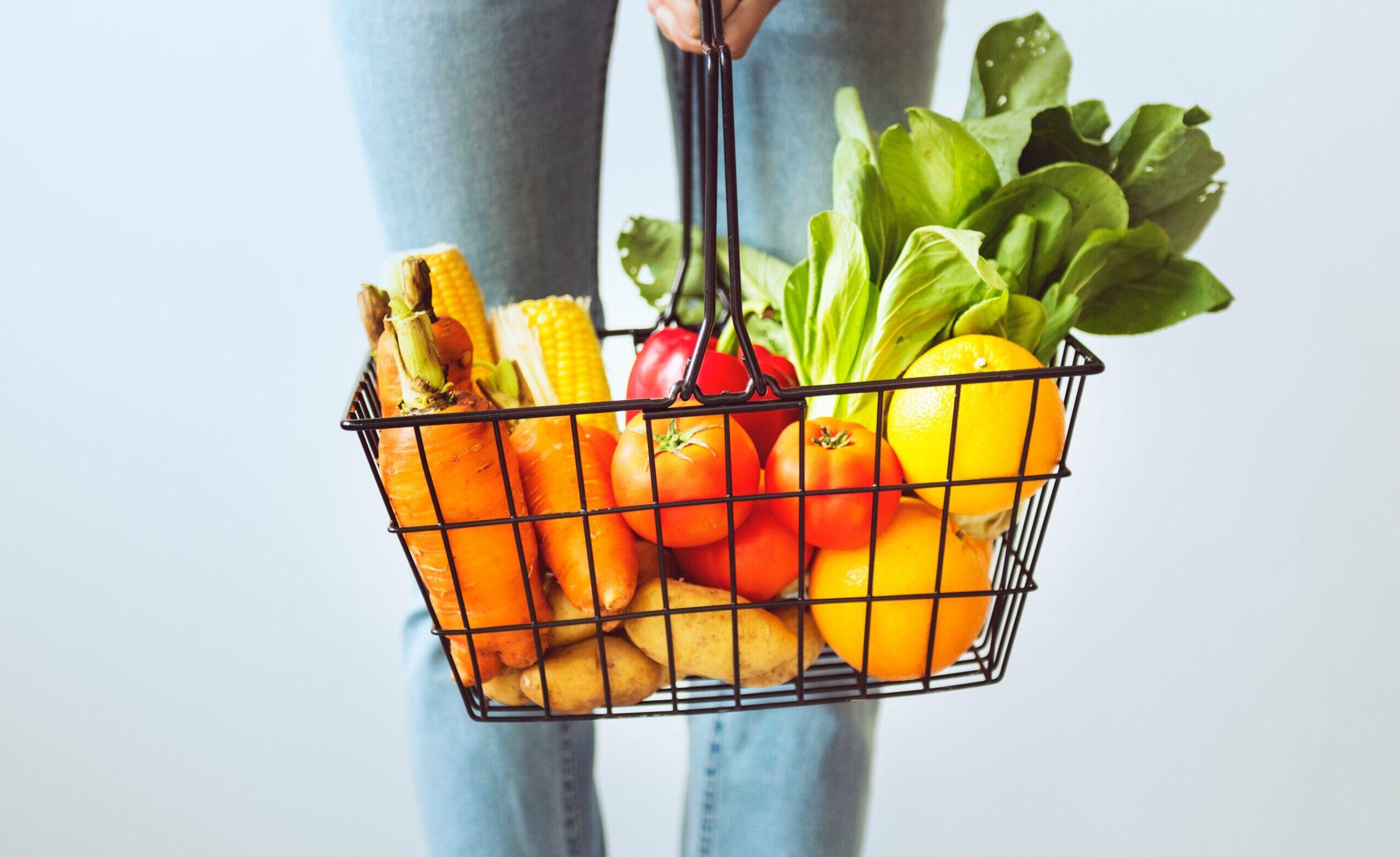 Frutta e verdura sul cestino della spesa
